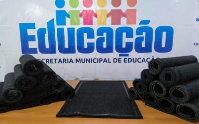 Secretaria de Educação compra tapetes sanitizantes para as instituições de ensino municipais