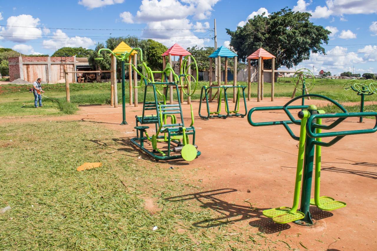 Equipe da SEJUV realiza manutenção e limpeza na Praça de Esportes do Jardim Bela Vista